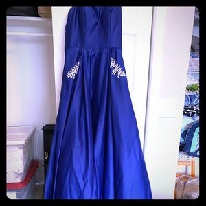 Gorgeous blue prom dress with pockets!